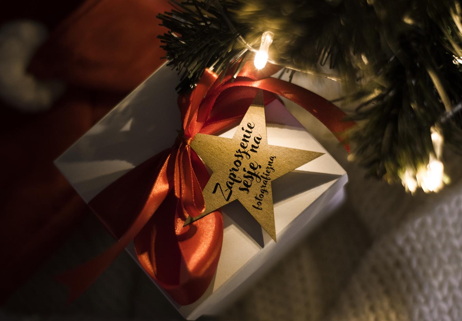 Dlaczego zaproszenie na sesję to dobry prezent na święta?